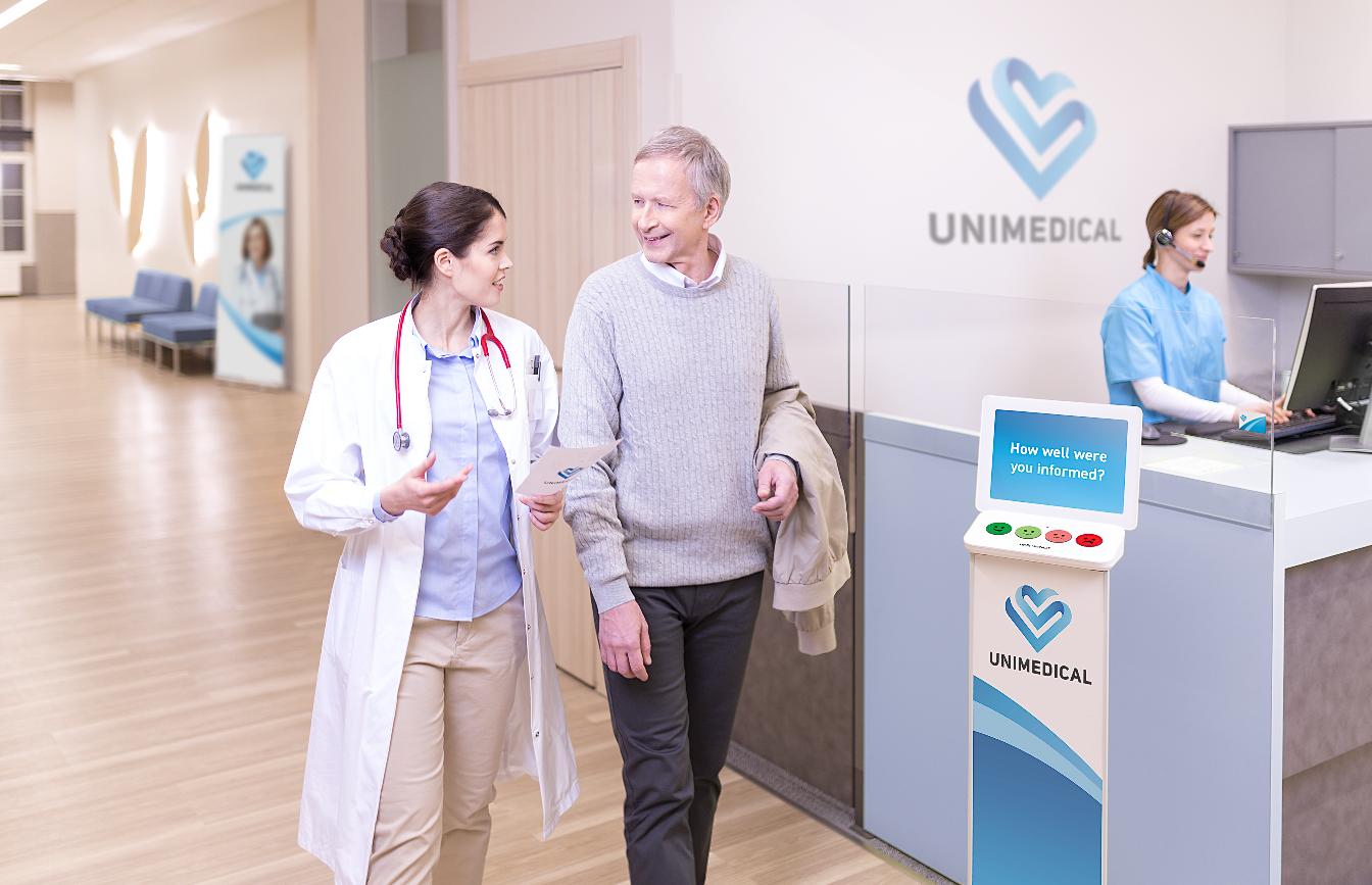 Bild eines Smiley Terminals bei einer Klinik.png