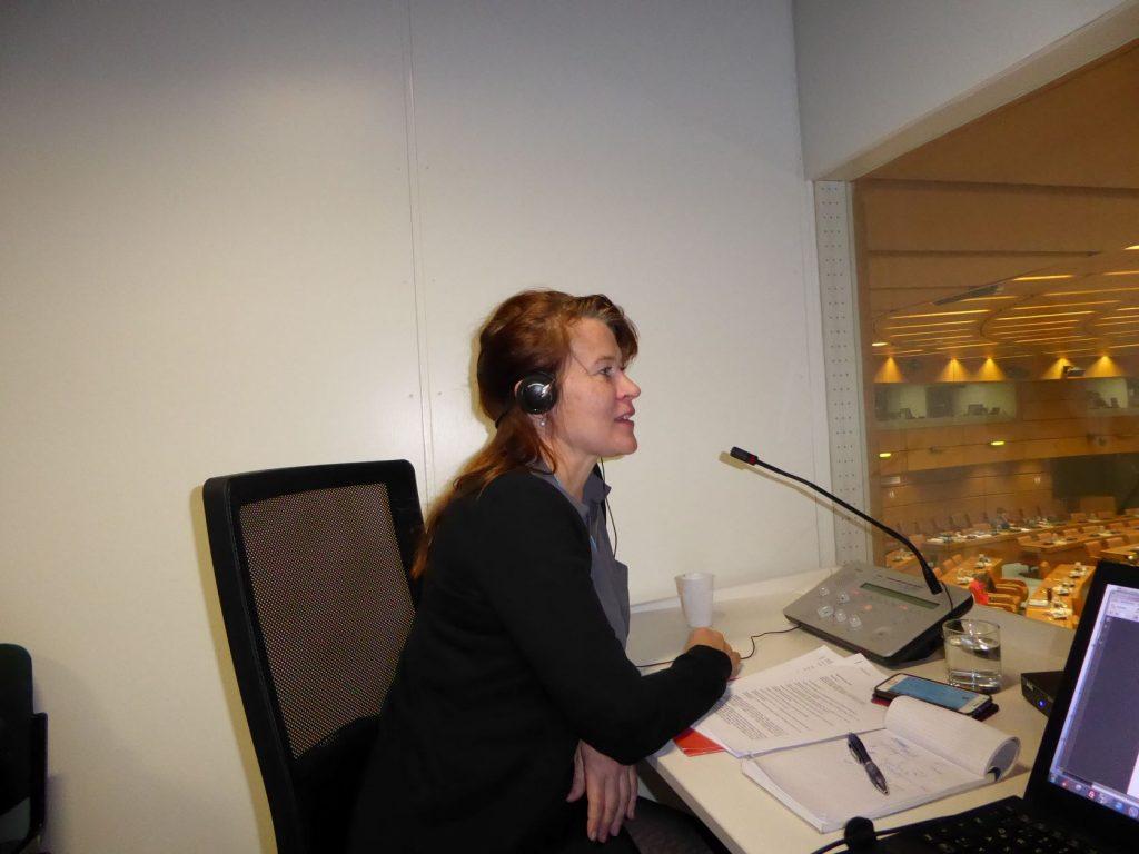Katja Jääskeläinen, Geschäftsführerin der ScanLang GmbH, beim Konferenzdolmetschen